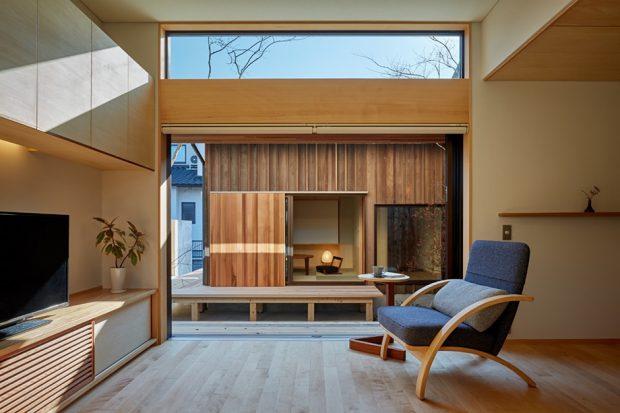 ห้องนั่งเล่นประตูกว้างมีช่องแสง skylight เหนือเพดาน