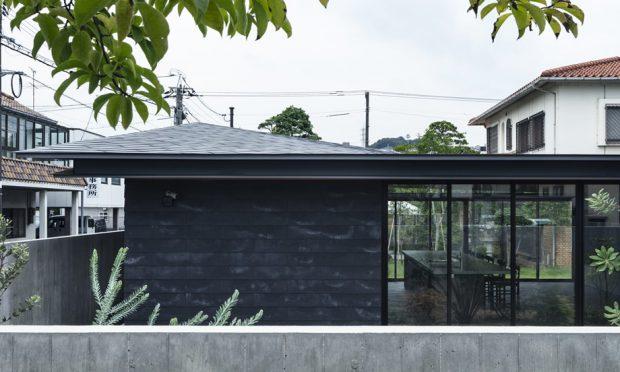 บ้านโมเดิร์นโทนสีดำผนังกระจก