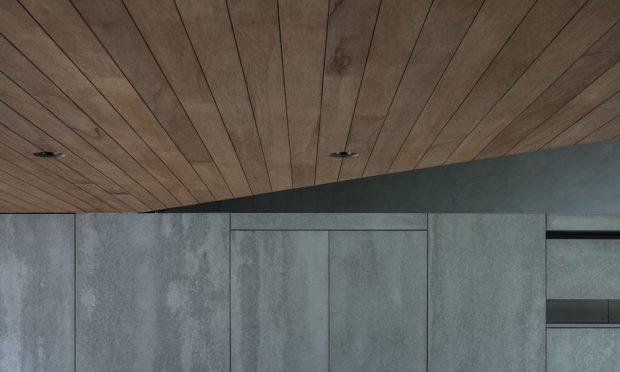 ผนังปูนเปลือยเพดานกรุไม้ตามแนวหลังคา