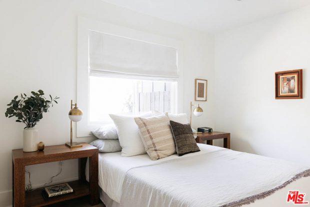 ผนังหัวเตียงเป็นกระจก