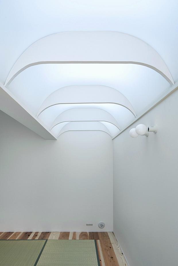 ห้องนั่งเล่นปูเสื่อทาทามิมีช่องแสง skylight