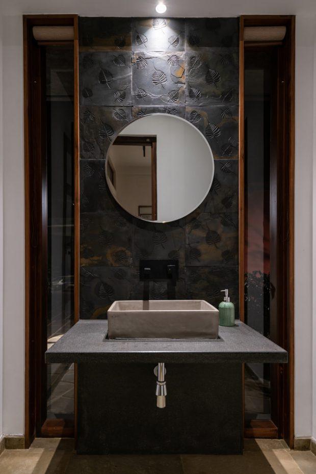 ห้องน้ำโทนสีเทาดำกระเบื้องลายใบโพธิ์