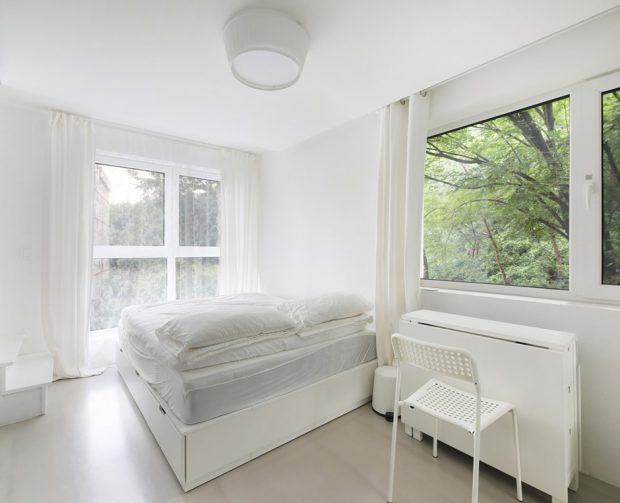 ห้องนั่งเล่นเล็ก ๆ สีขาวผนังกระจกใส